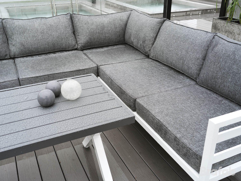 Weldon hörnsoffa med soffbordet i vit aluminium och bordsskiva i antracitgrå aluminium från Brafab.