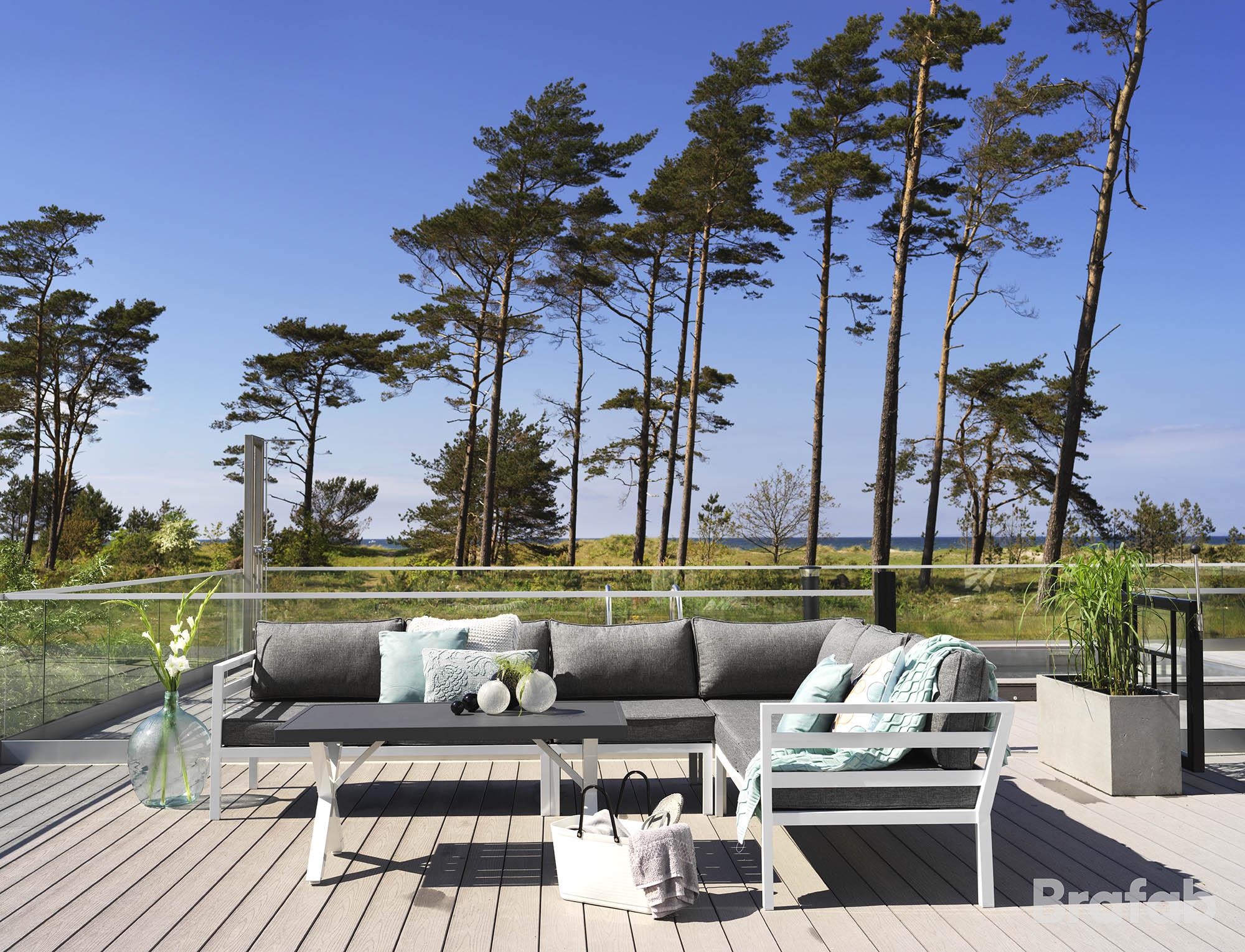 Miljöbild på aluminium möbelserien Weldon i vitt från Brafab,.