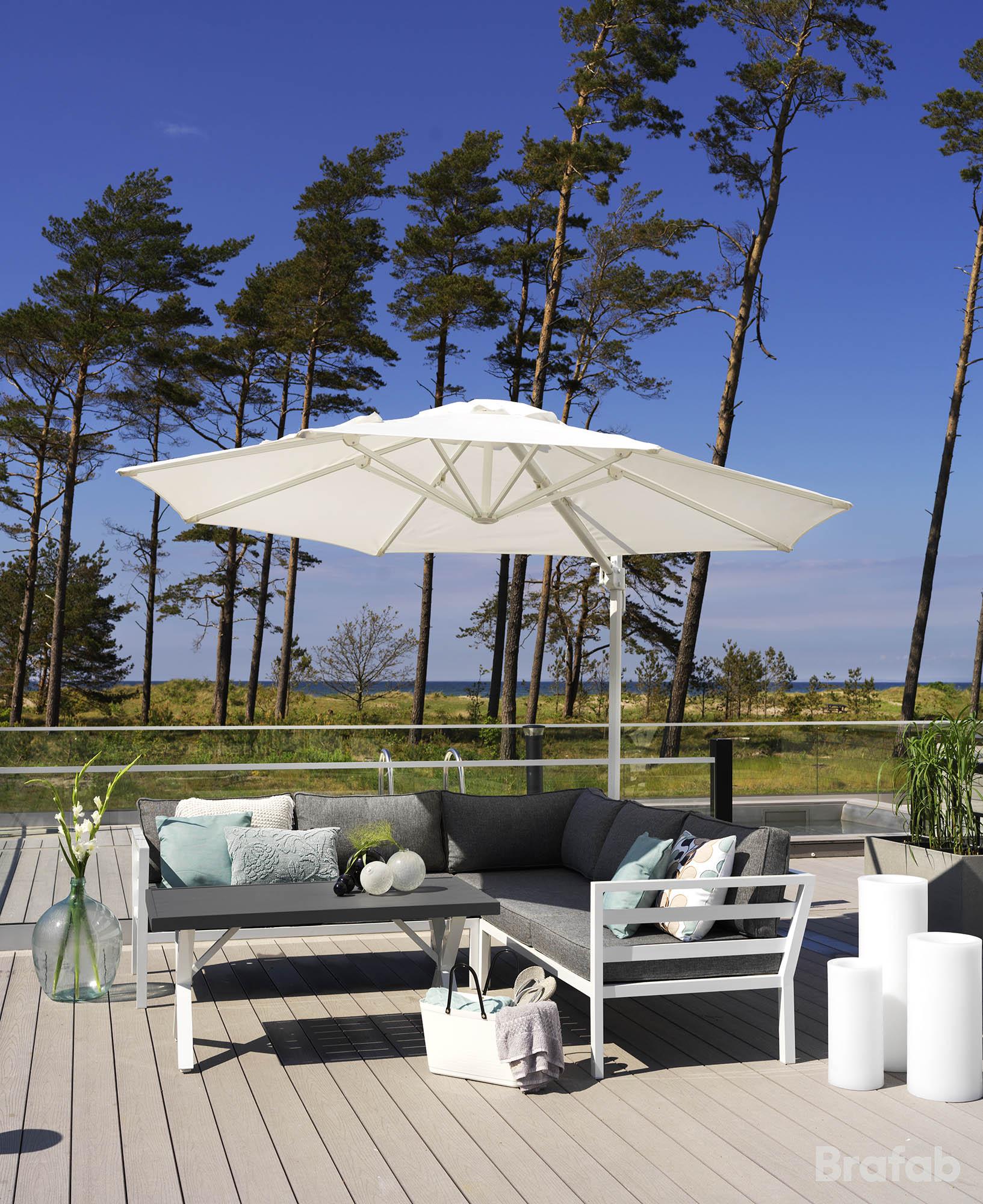 Miljöbild på aluminium möbelserien Weldon i vitt från Brafab, här även med hängparasollet linz.