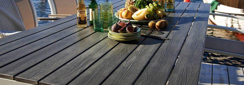 Matbord med underrede i aluminium och skiva i präglad nonwood.