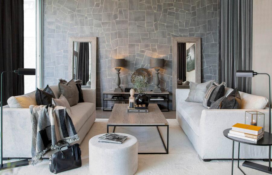 Miljöbild Stafford soffa, Berlin golvlampa, Mason mediabänk, Normandie bordslampa, Cortina ottoman från artwood