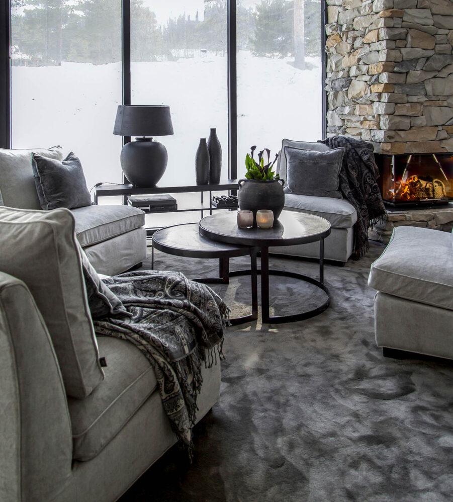 Miljöbild på Alanso soffbord med loungefåtöljerna Town.