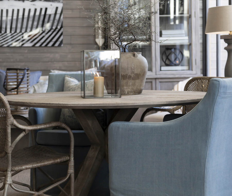 Miljöbild på Tree matbord med stolarna Avignon och Bistro från Artwood.