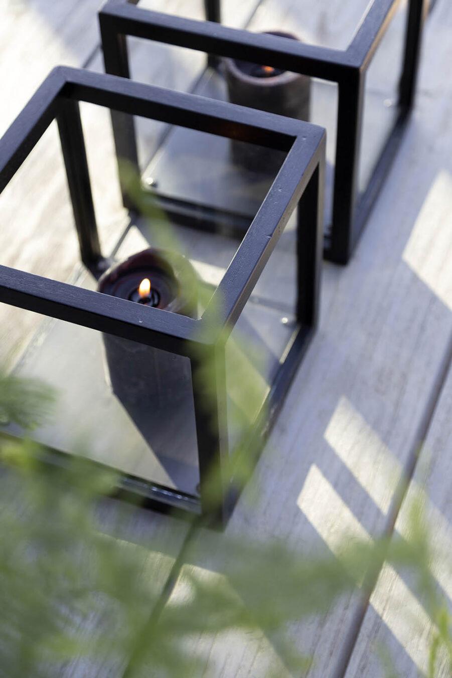 Detaljbild på ljuslyktor i svart java oak från Artwood.