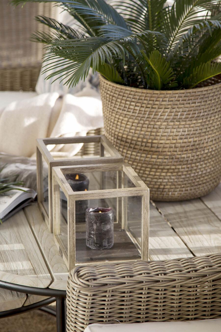 Miljöbild på ljuslykta i instant grey teak och soffbordet Anson.