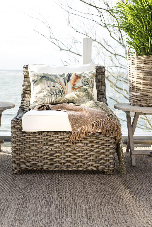Miljöbild på Key Largo konstrottingfåtölj från Artwood, med Sola pläd.
