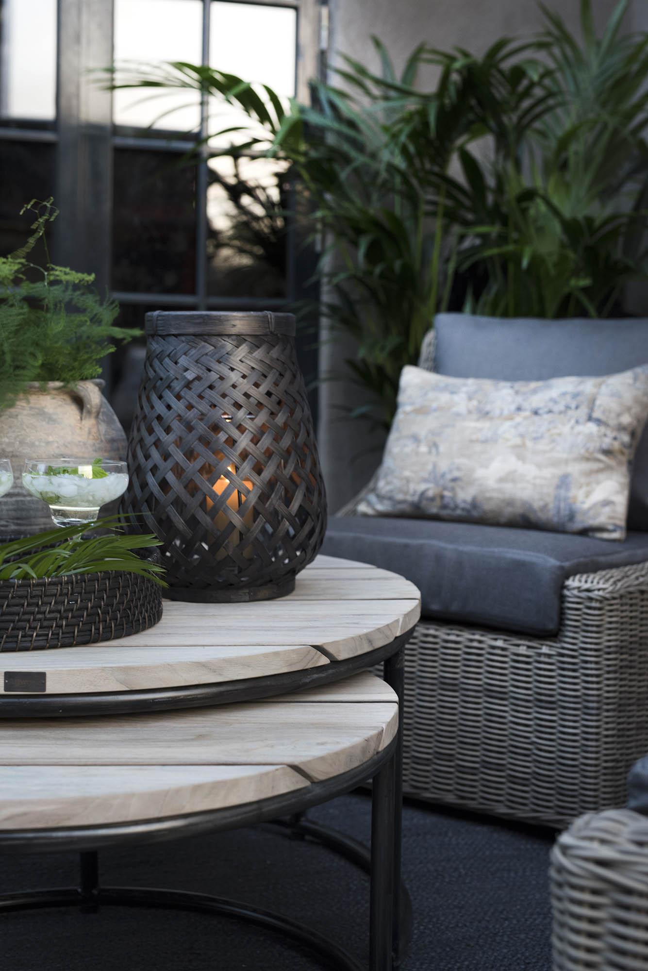 Miljöbild på Anson soffbord och Amazon ljuslykta från Artwood.