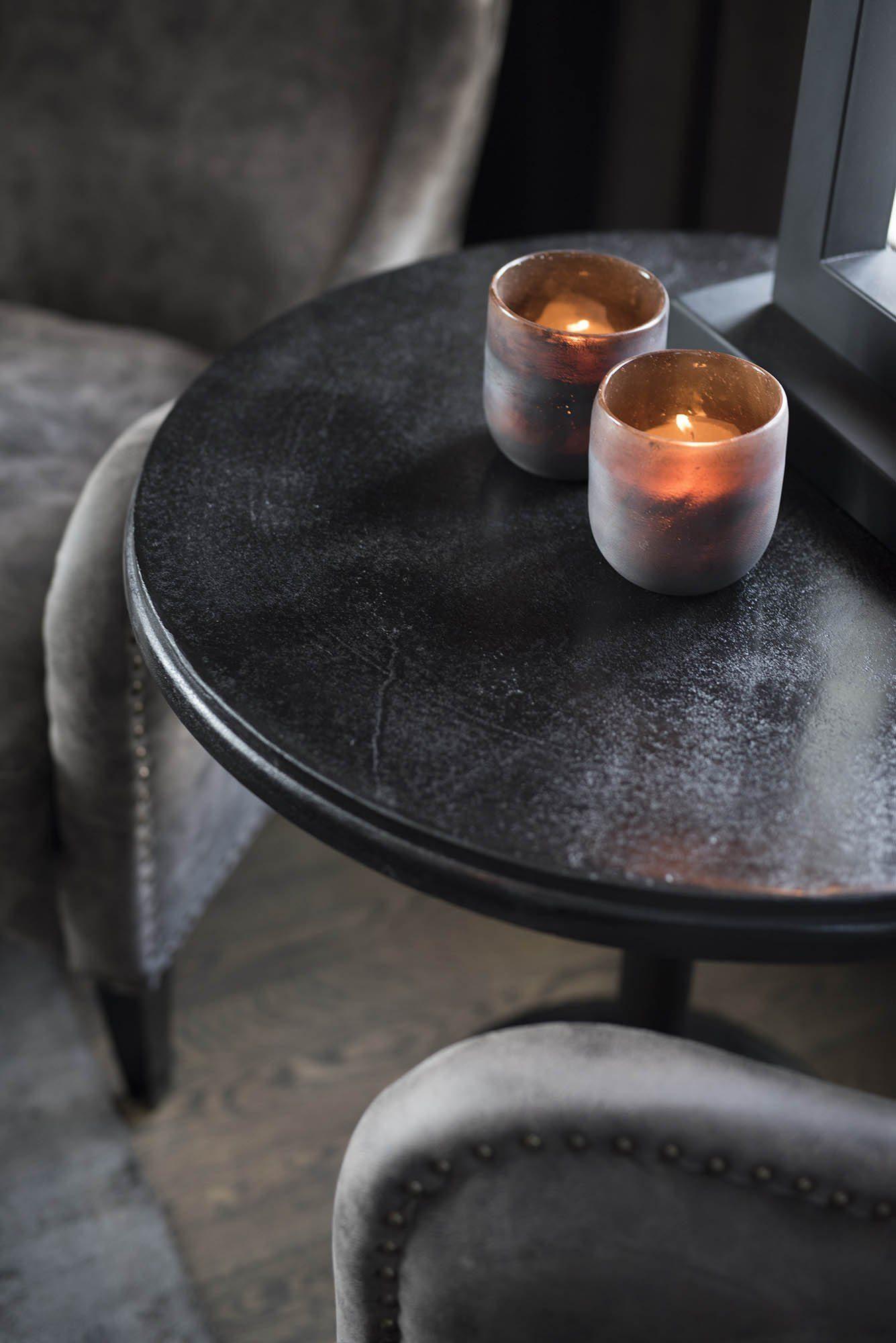 Detaljbild på Dante sidobord i svart aluminium från Artwood.