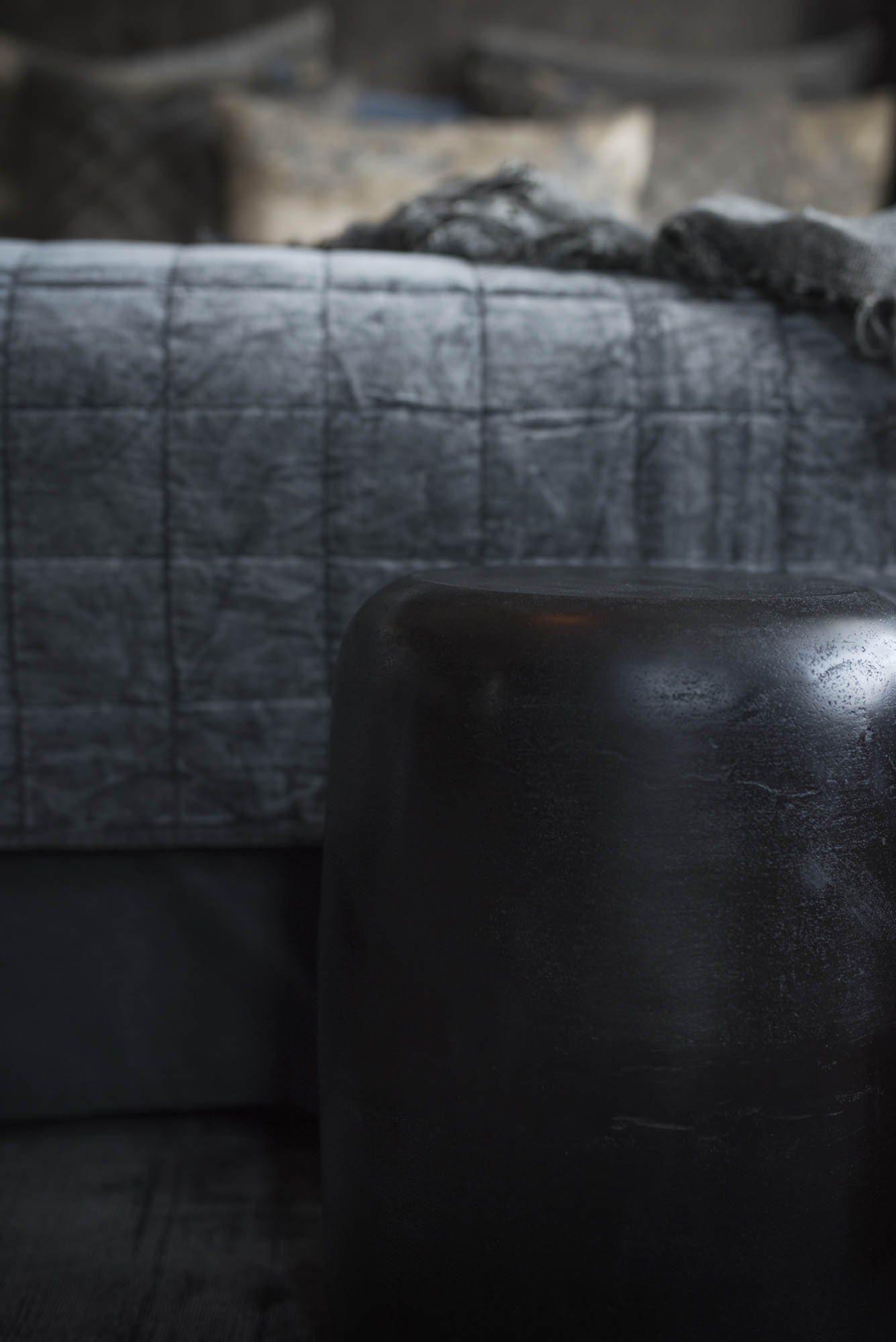 Lorenzo pall eller sidobord från Artwood vid en säng med överkastet Posh.