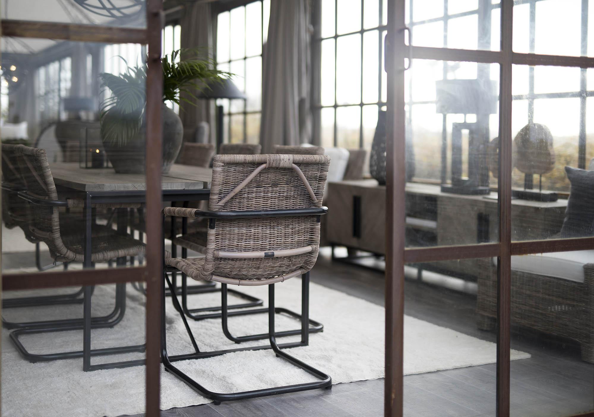 Miljöbild som visar matstolen Zola från Artwood i järn och naturrotting.