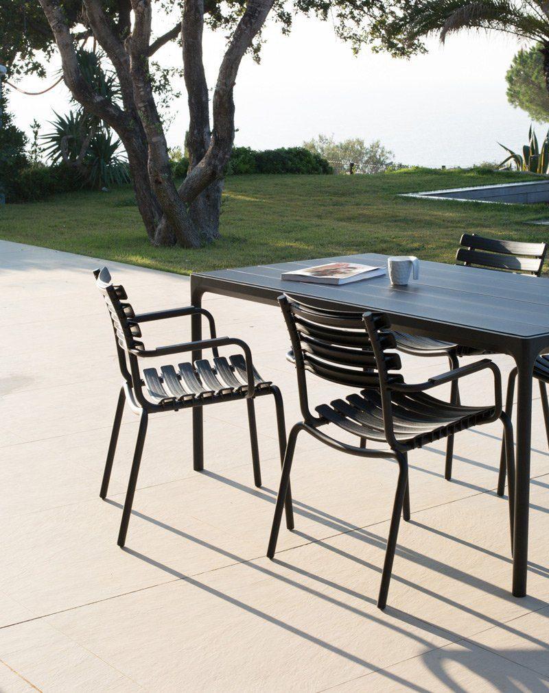 Clips karmstol med Four matbord från danska Houe.