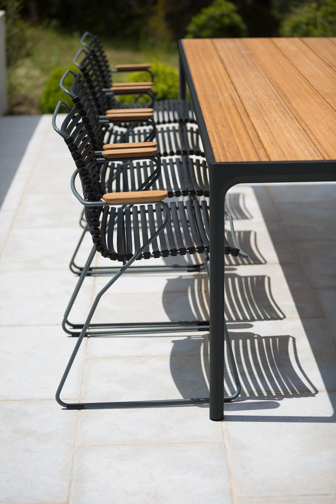 Four matbord tillsammans med Click karmstol i svart.