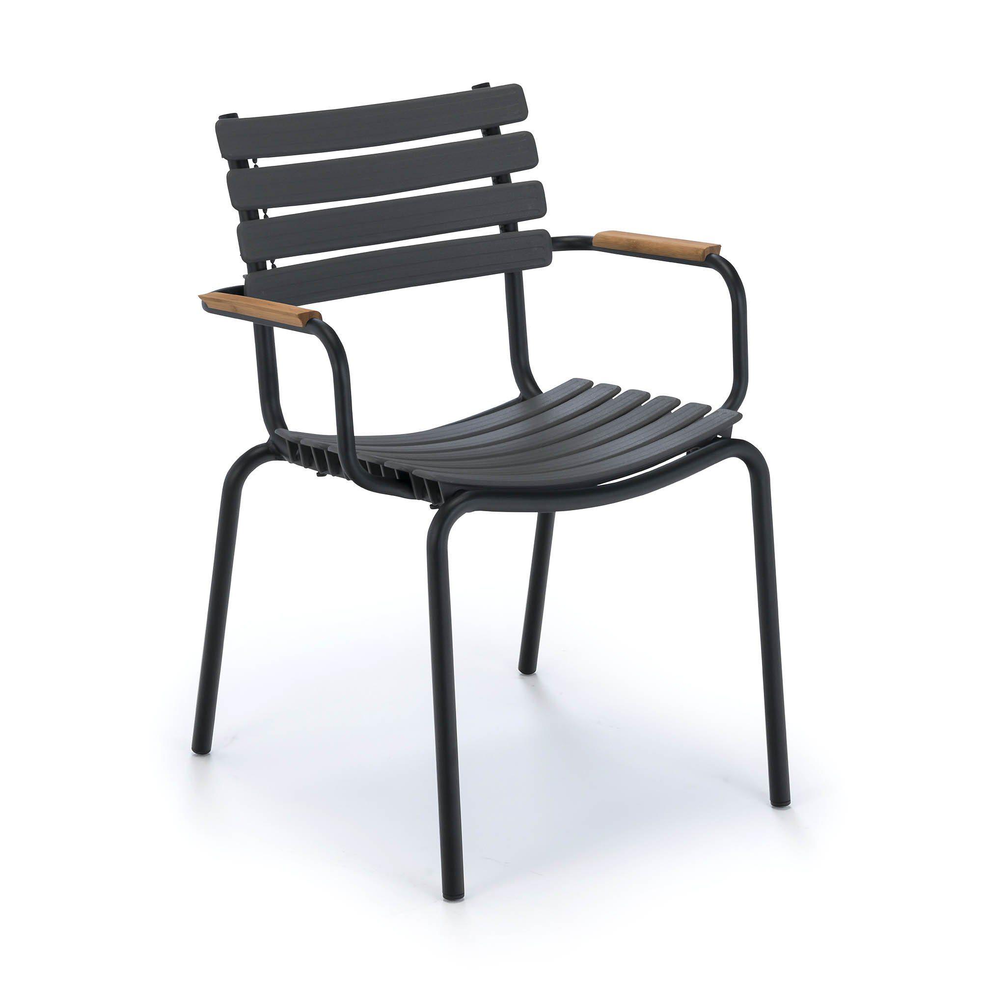Clips karmstol med svart stativ och lergråa lameller och bambuarmstöd från Houe.