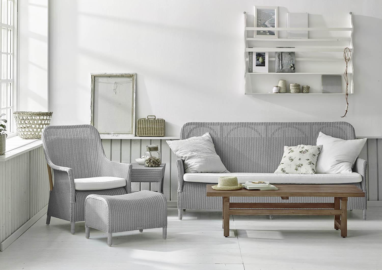 Miljöbild på Dawn soffa och fåtölj från Sika-Design i ljusgrå loom.