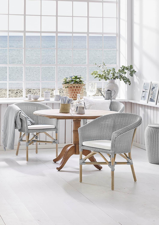 Miljöbild på Abbey karmstol tillsammans med bordet Michel.