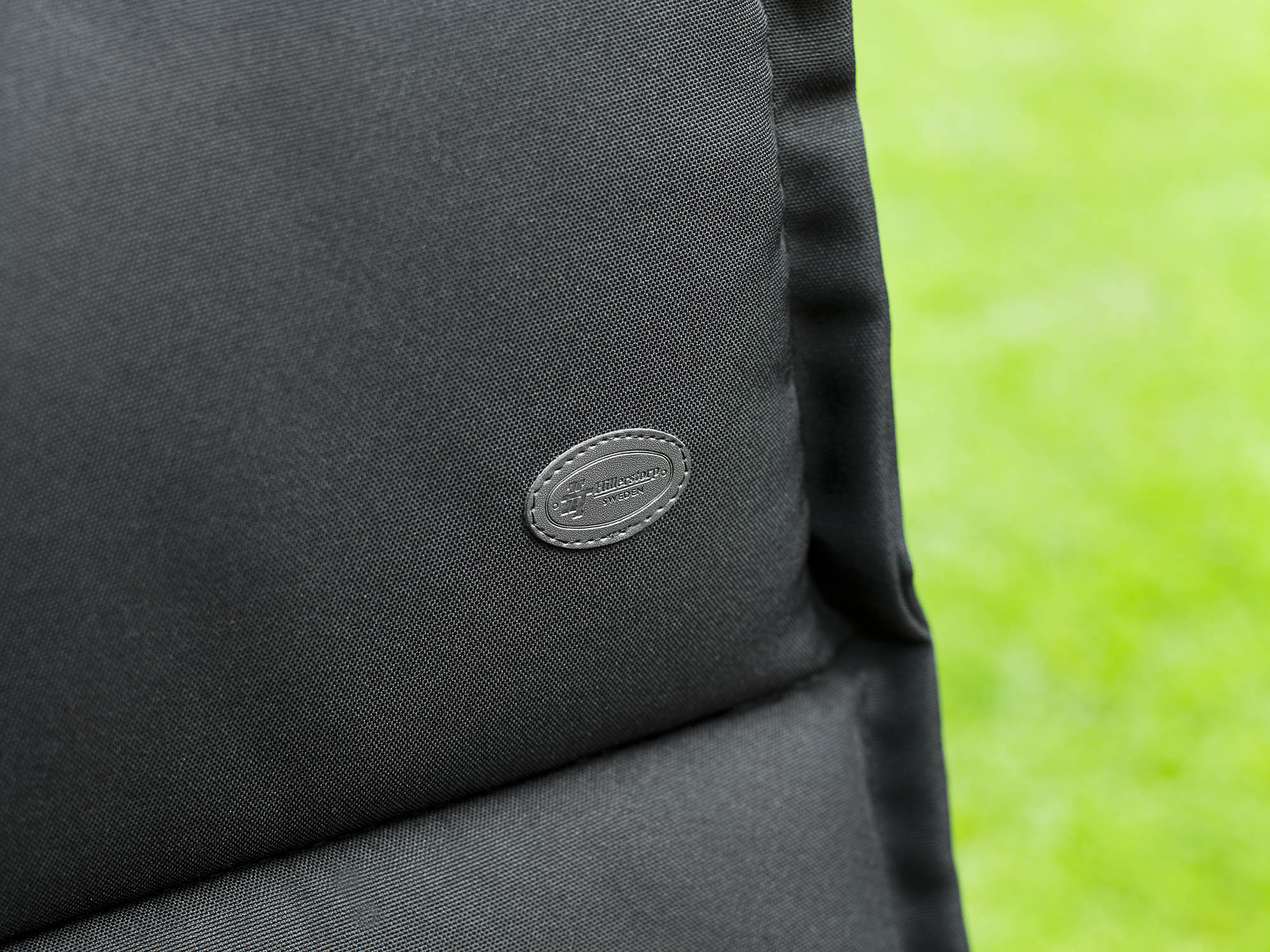 Detaljbild på Milano dyna i svart från Hillerstorp Trä.