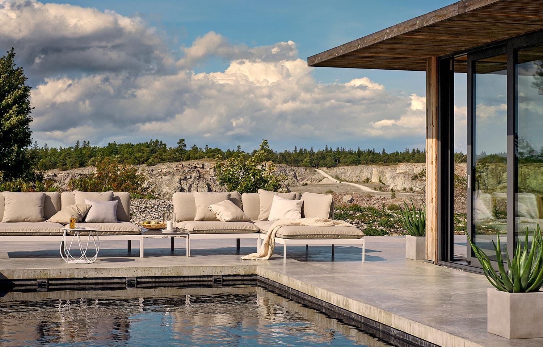 Bönan soffa från Skargaarden i vit aluminium med dynor i Sunbrella tyg.