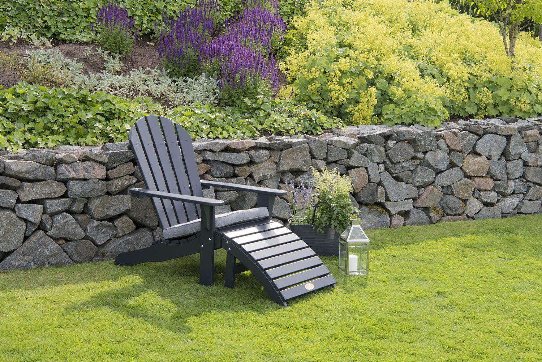 Miljöbild på adirondackstol i mörkgrått från Hillerstorp.