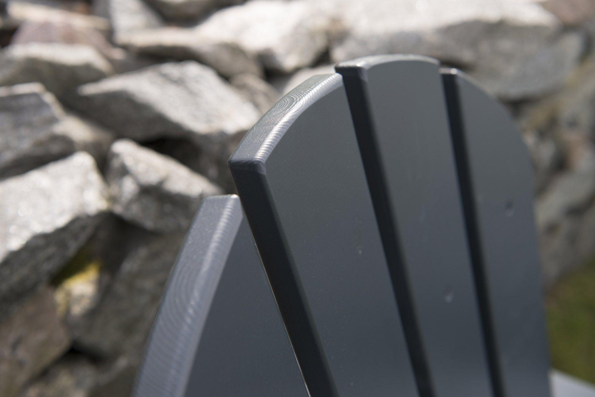 Detaljbild på Tennessee adirondackstol med fotpall i mörkgrå furu från Hillerstorp.