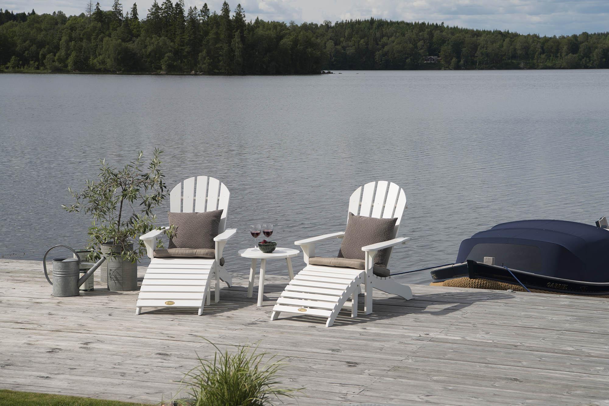 Miljöbild på Tennesse adirondackstolar med sidobord i vitt.
