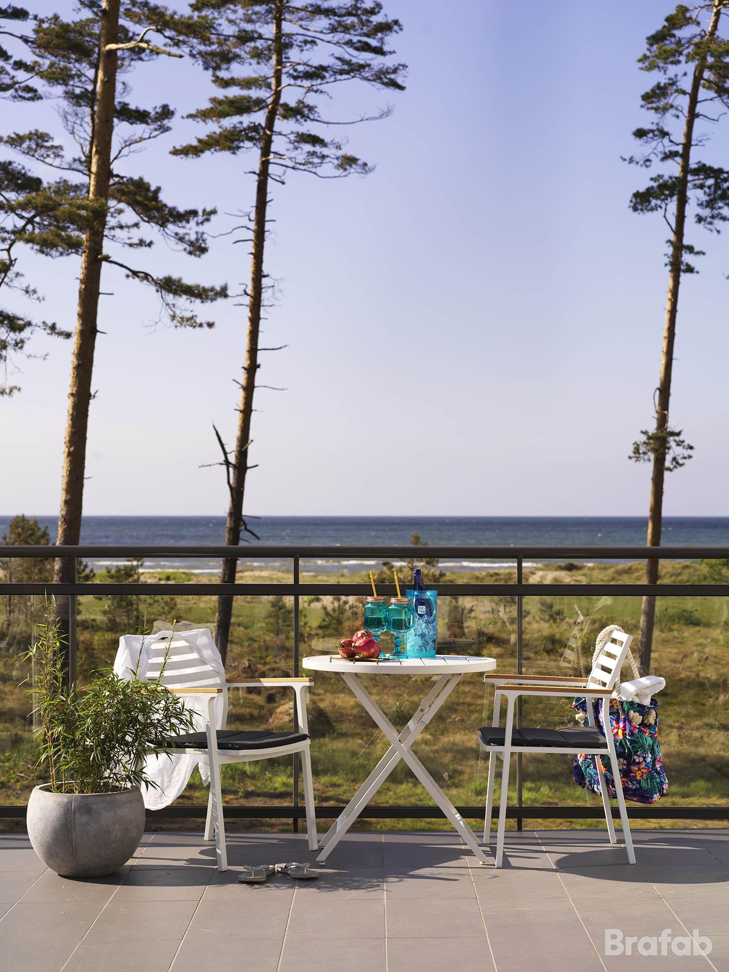 Miljöbild på Wilkie cafébord och Olivet karmstol från Brafab.