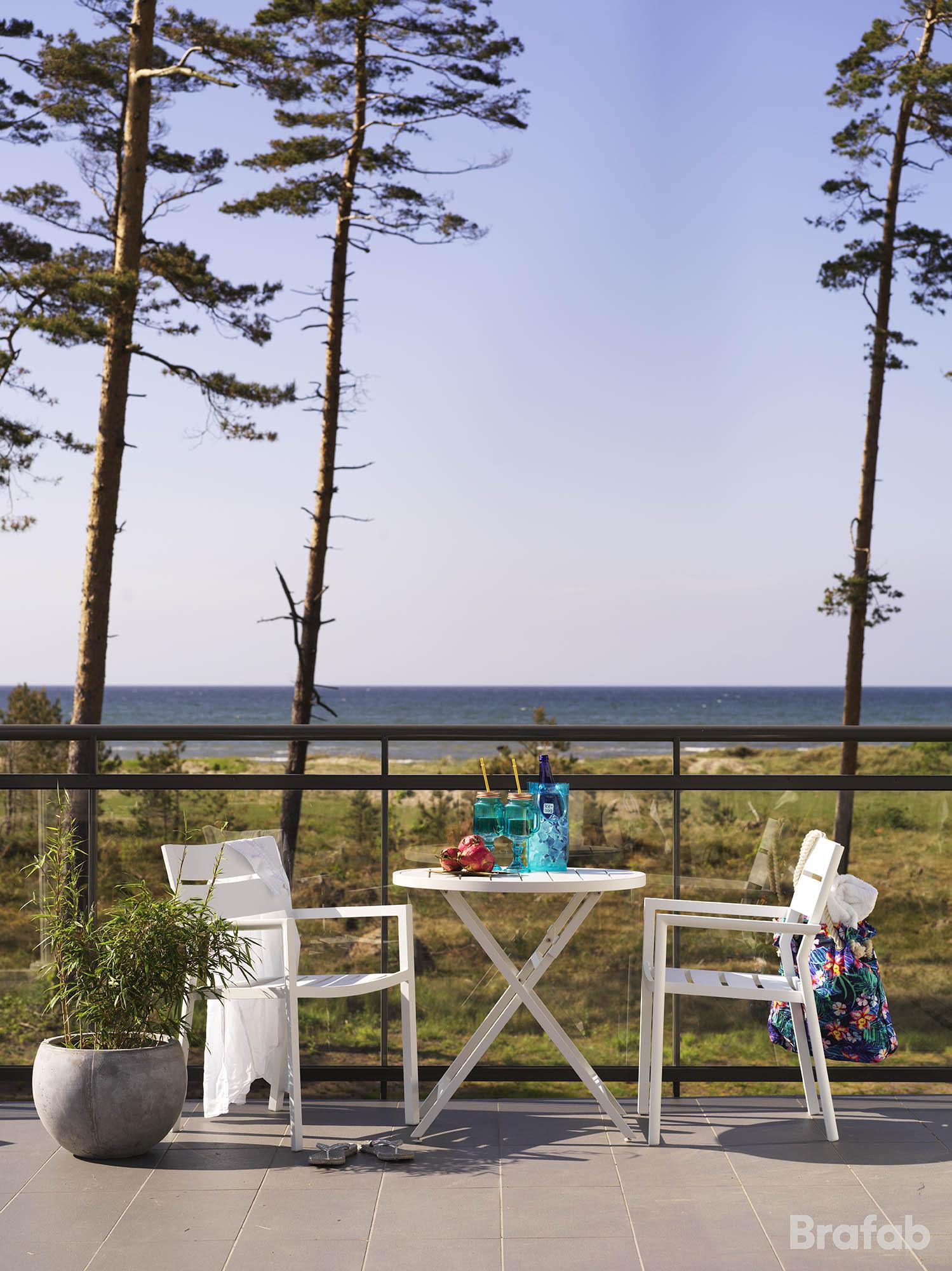 Miljöbild på Wilkie cafébord och Delia karmstol från Brafab.