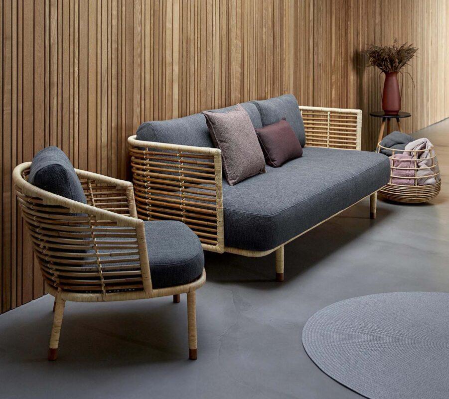 Miljöbild på Sense soffa och fåtölj i naturfärgad rotting.