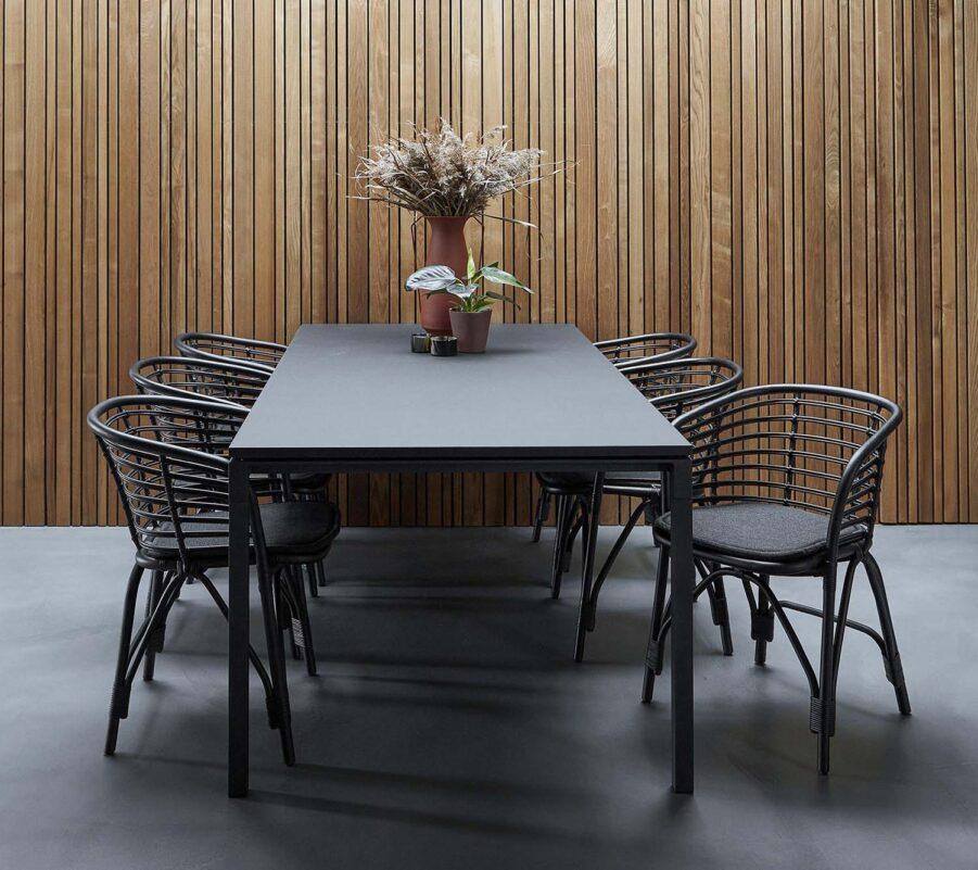 Miljöbild på Blend karmstol i svart.