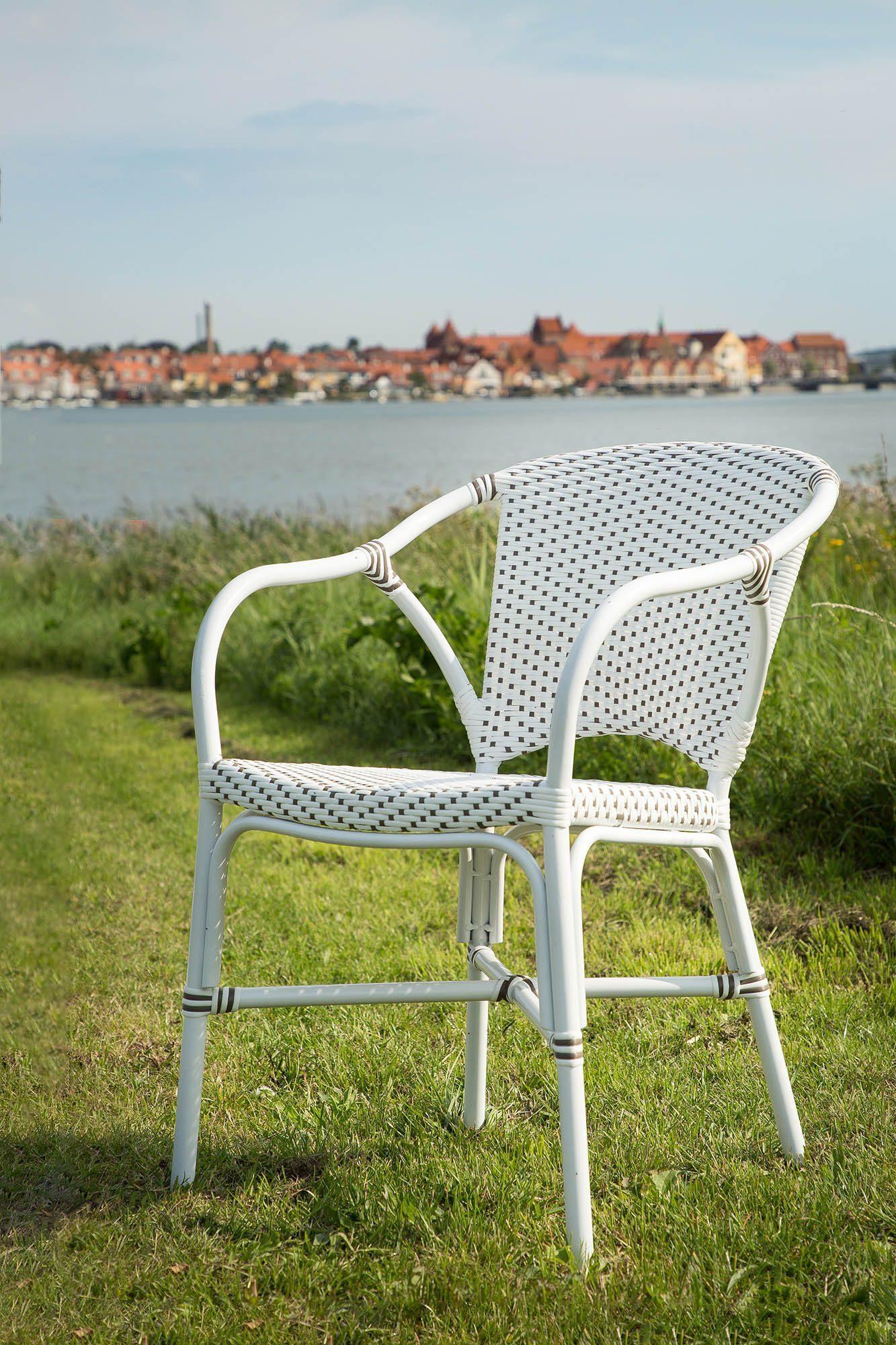 Miljöbild av Valerie karmstol i aluminium och konstrotting.