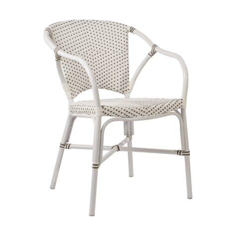 Valerie karmstol i vitt tilverkad i aluminium och konstrotting.