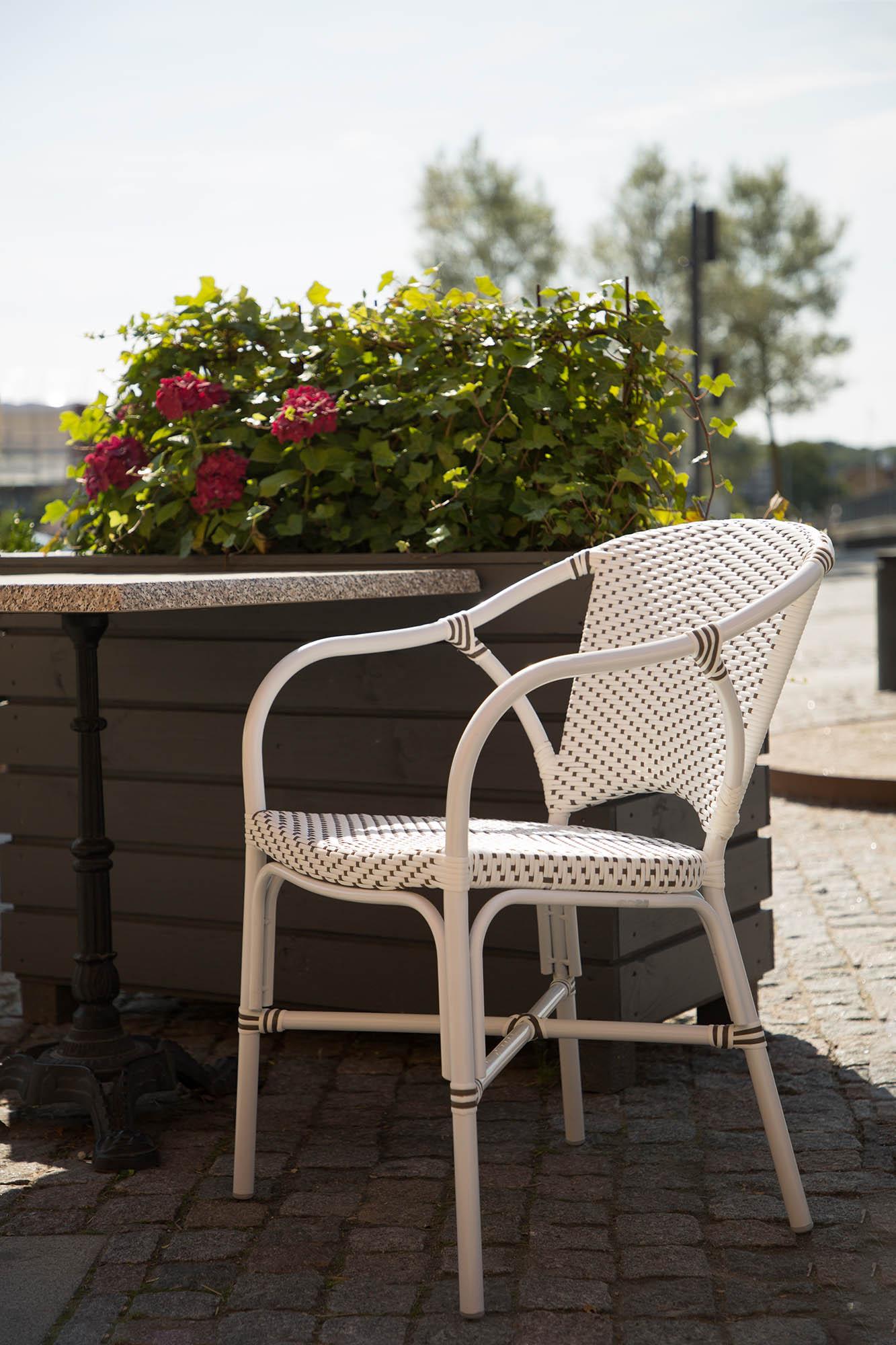 Valerie karmstol från Sika-Design, här i aluminium och konstrotting för utomhusbruk.