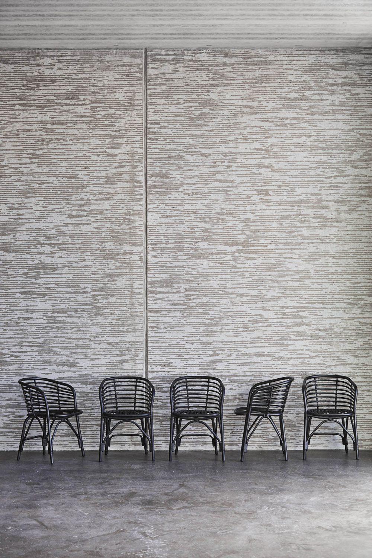 Miljöbild på Blend karmstol i svart från Cane-Line.