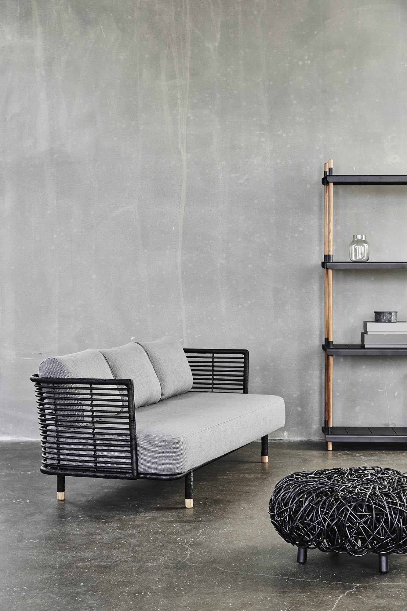 Miljöbild av Sense soffa i svart med Loop soffbord från Cane-Line.
