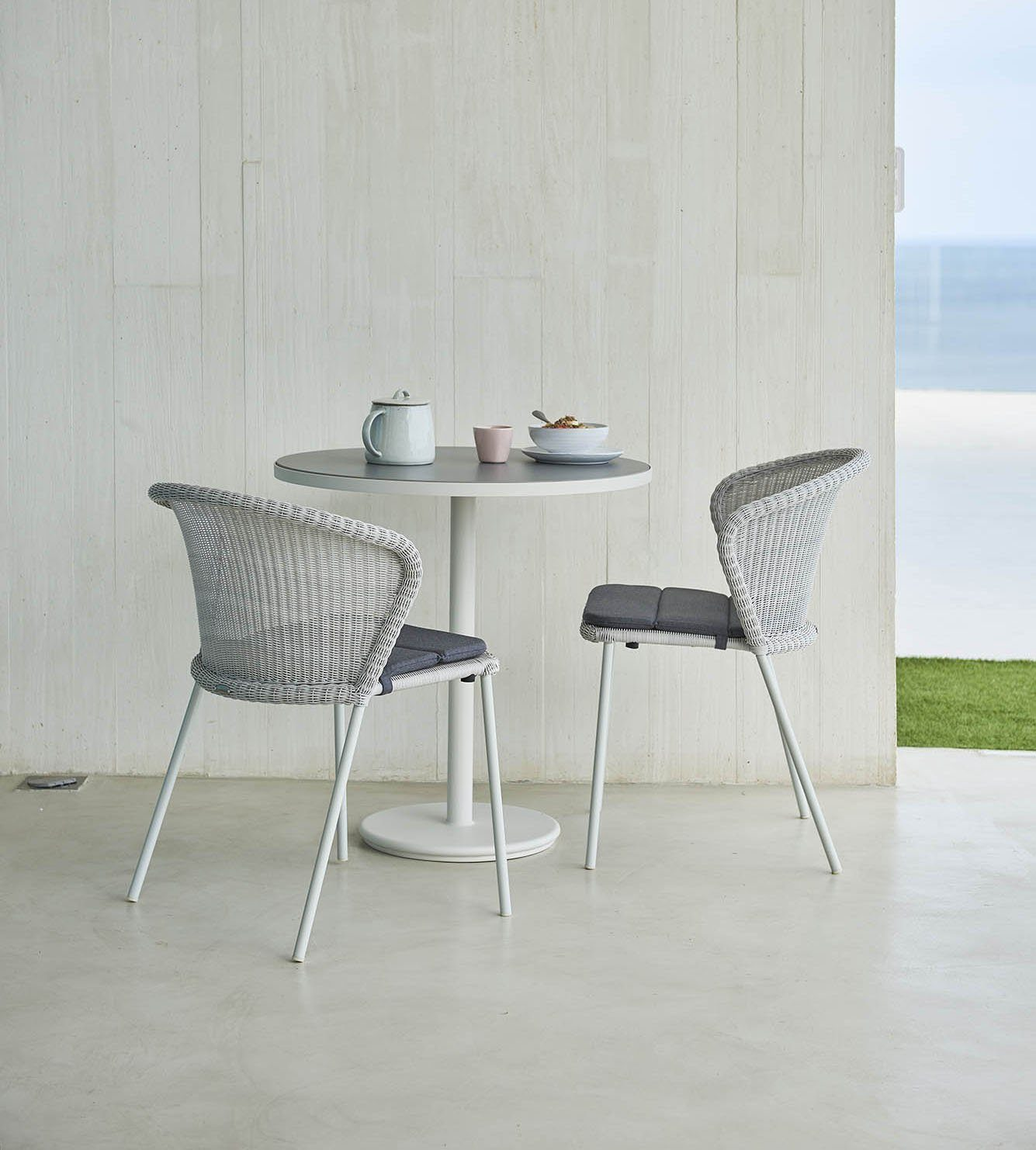 Miljöbild av Lean matstol och Go cafébord från Cane-Line.