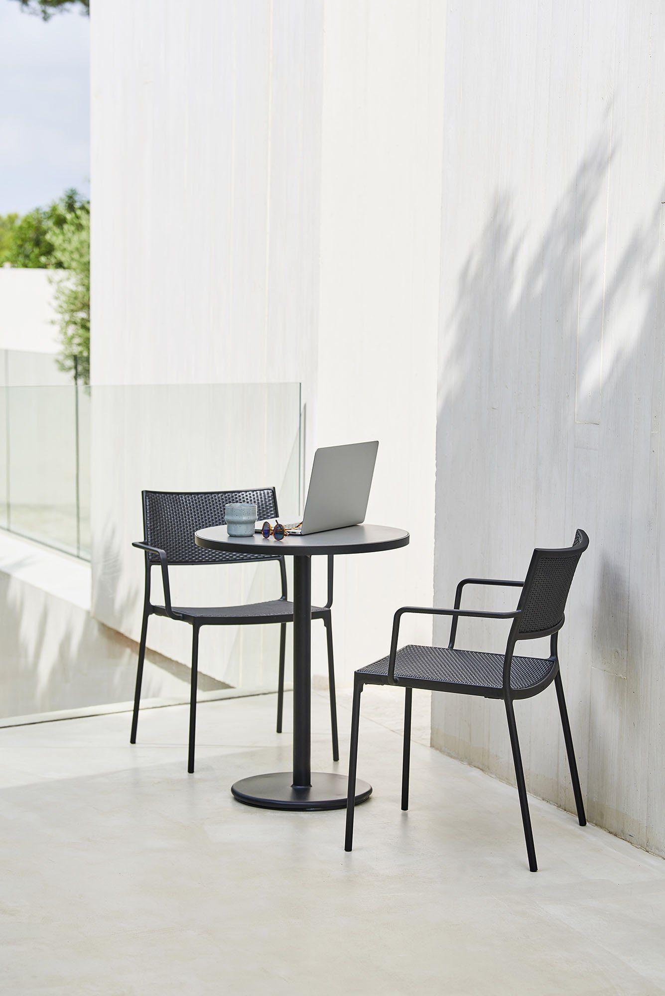 Go cafébord och Less karmstol från Cane-line.