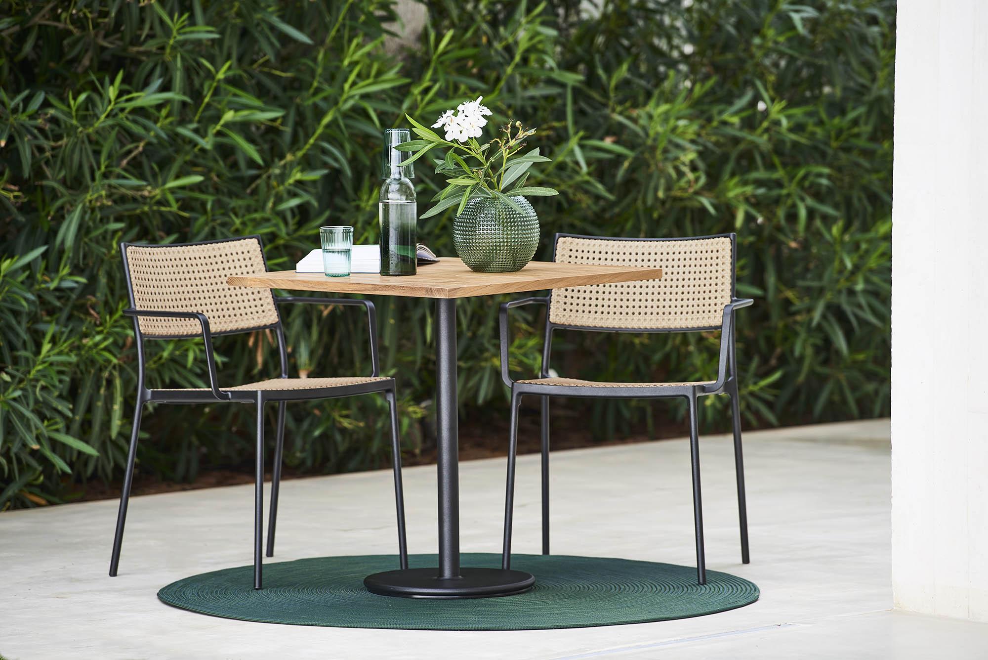 Miljöbild av Lean karmstolar och Go cafébord från Cane-Line.