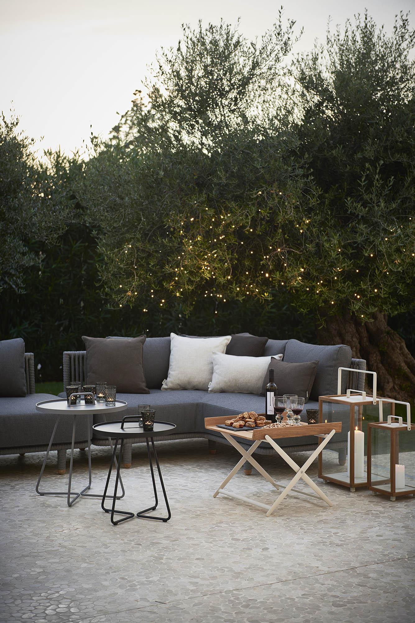Miljöbild av Moments soffa med On-the-move sidobord från Cane-Line.