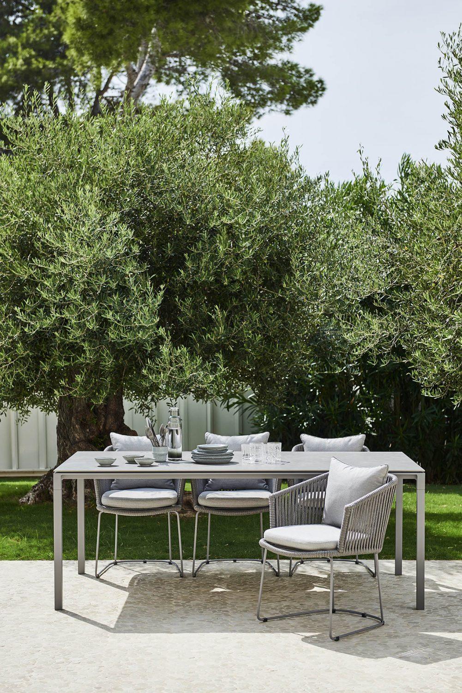 Moments karmstol och Pure bord från Cane-Line.