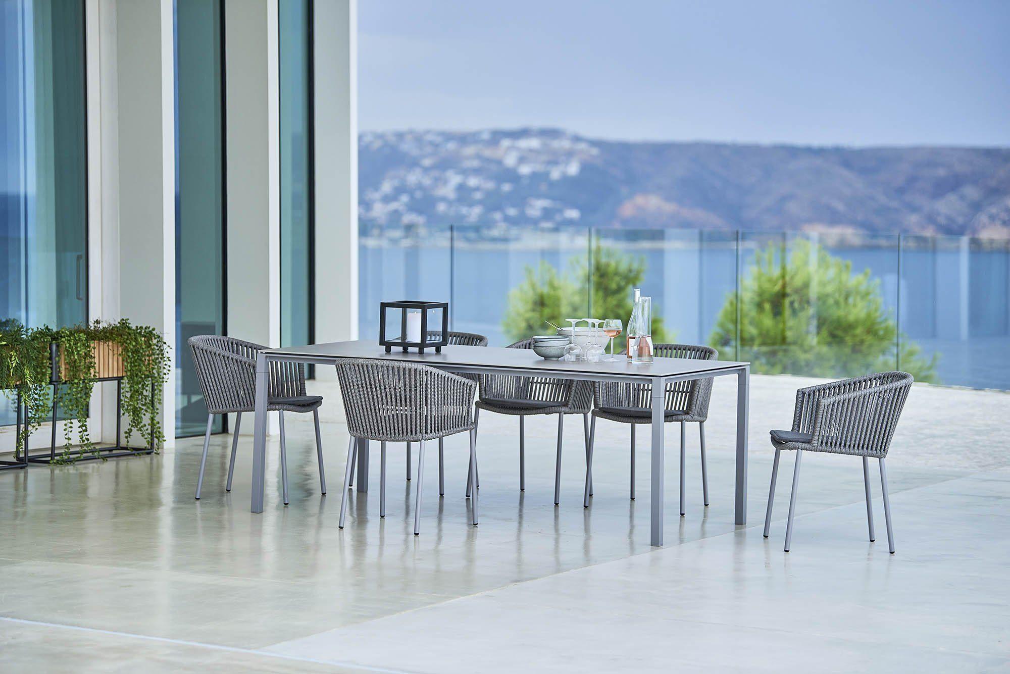 Miljöbild av Moments karmstolar och Pure matbord från Cane-Line.