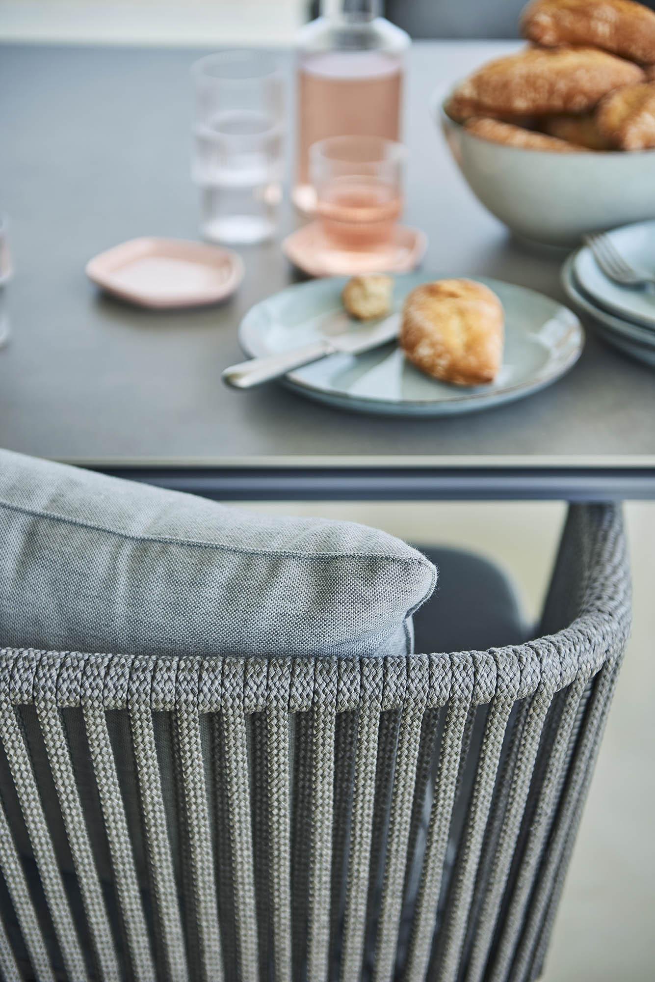 Detaljbild av Moments stol och Pure bord.