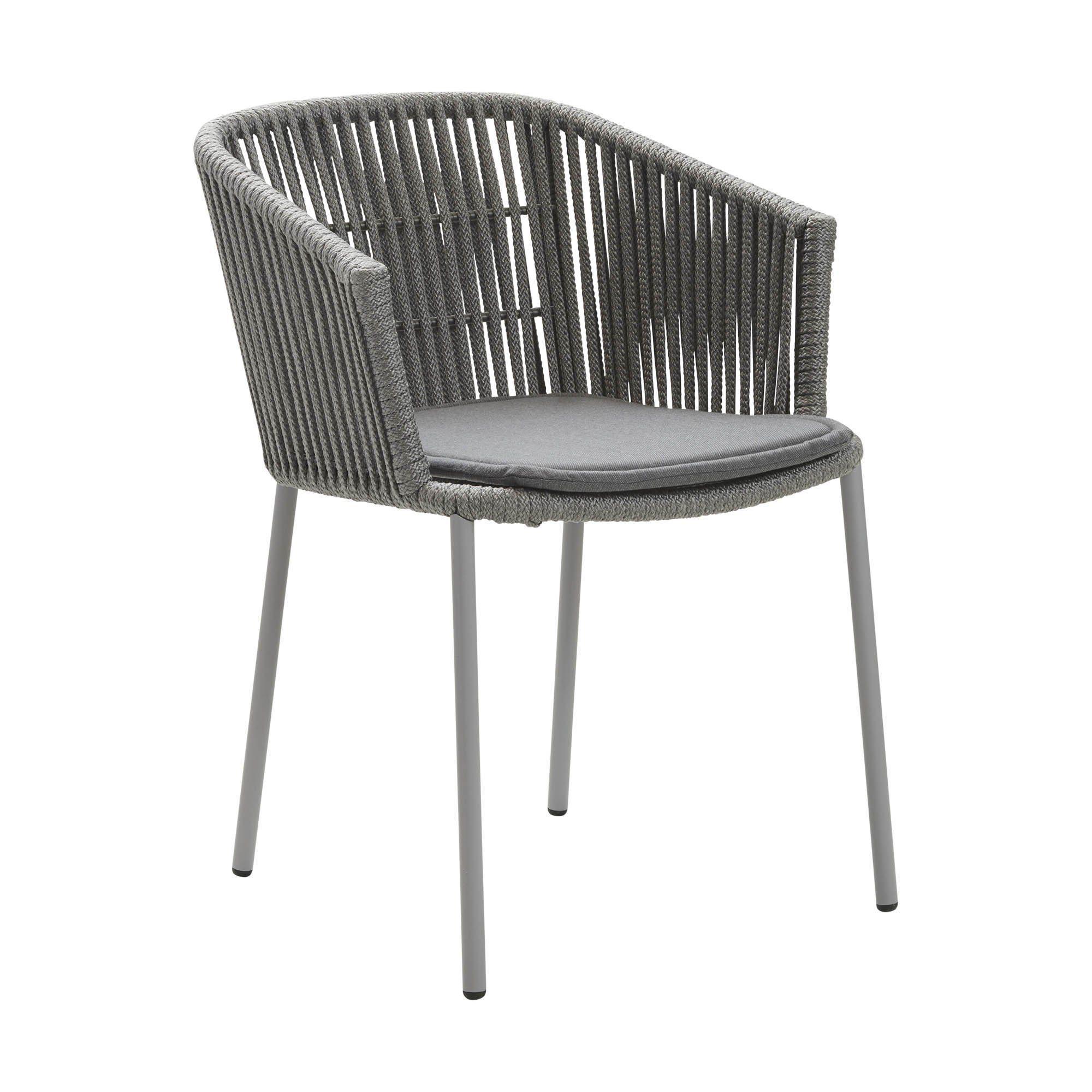 Moments karmstol med grå sittdyna från Cane-Line.