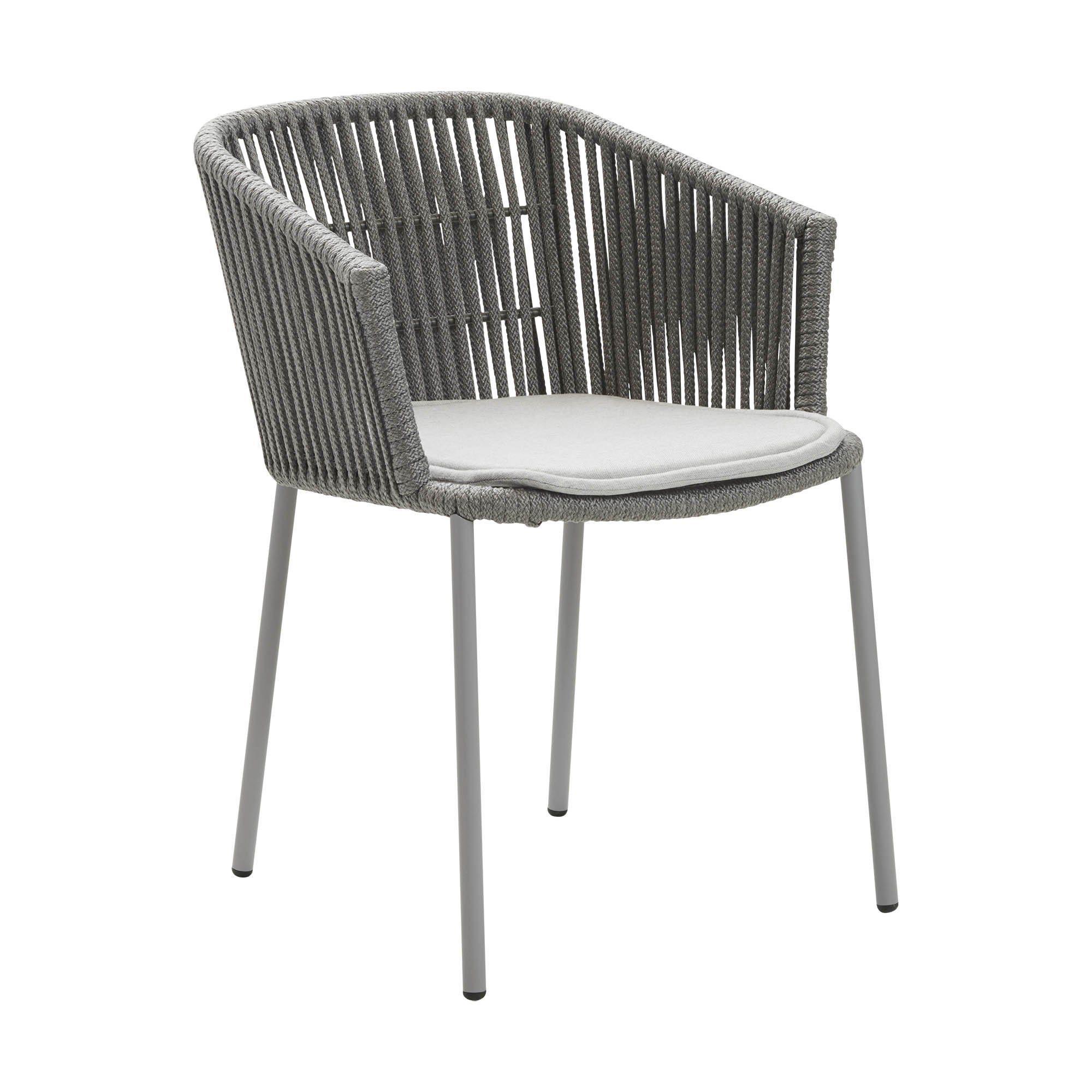 Moments karmstol från Cane-Line, här med ljusgrå sittdyna.