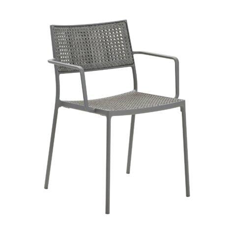 Less stol i ljusgrå aluminium och konstrotting.