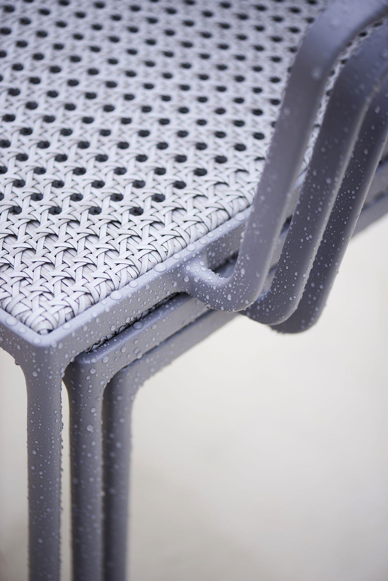 Detaljbild på Less karmstol i ljusgrått.