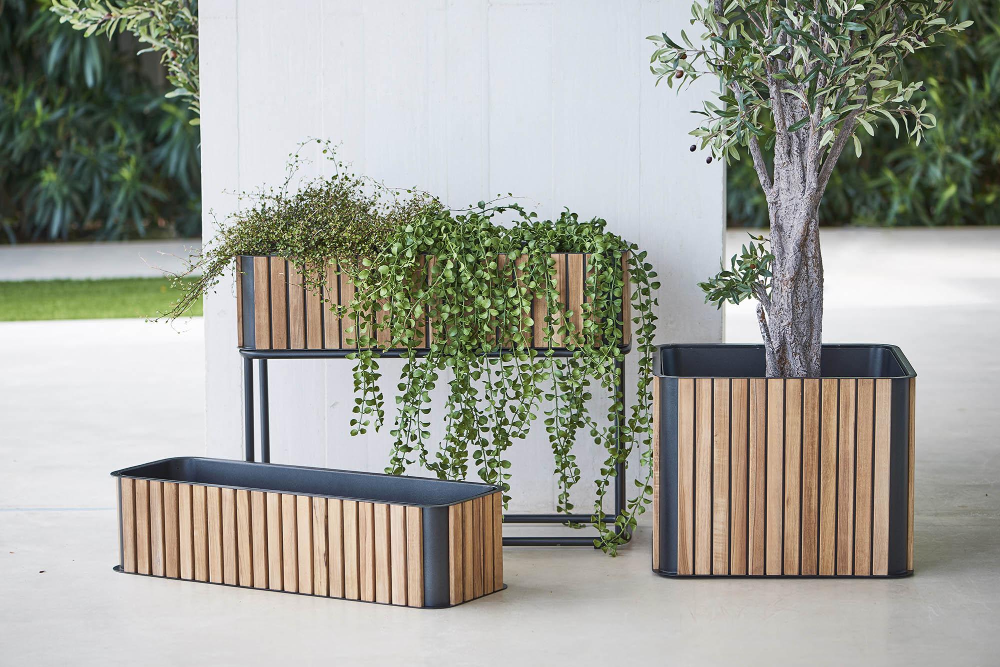 Miljöbild av Flowerbox planteringskärl från Cane-Line i aluminium och teak.