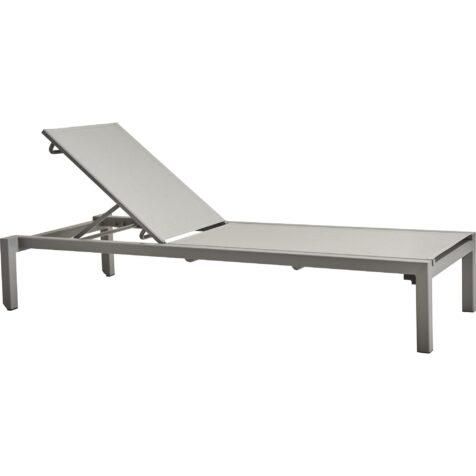 Relax ljusgrå solsäng i aluminium och textilene från Cane-Line.