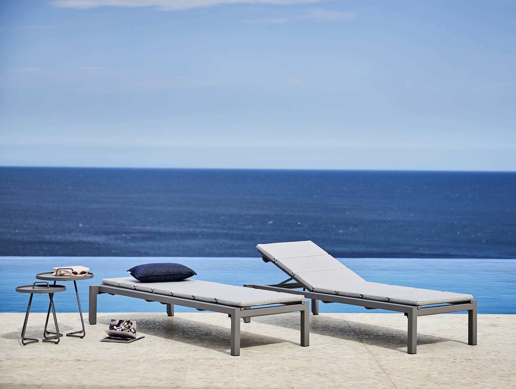 Miljöbild av Relax solsängar i ljusgrått.
