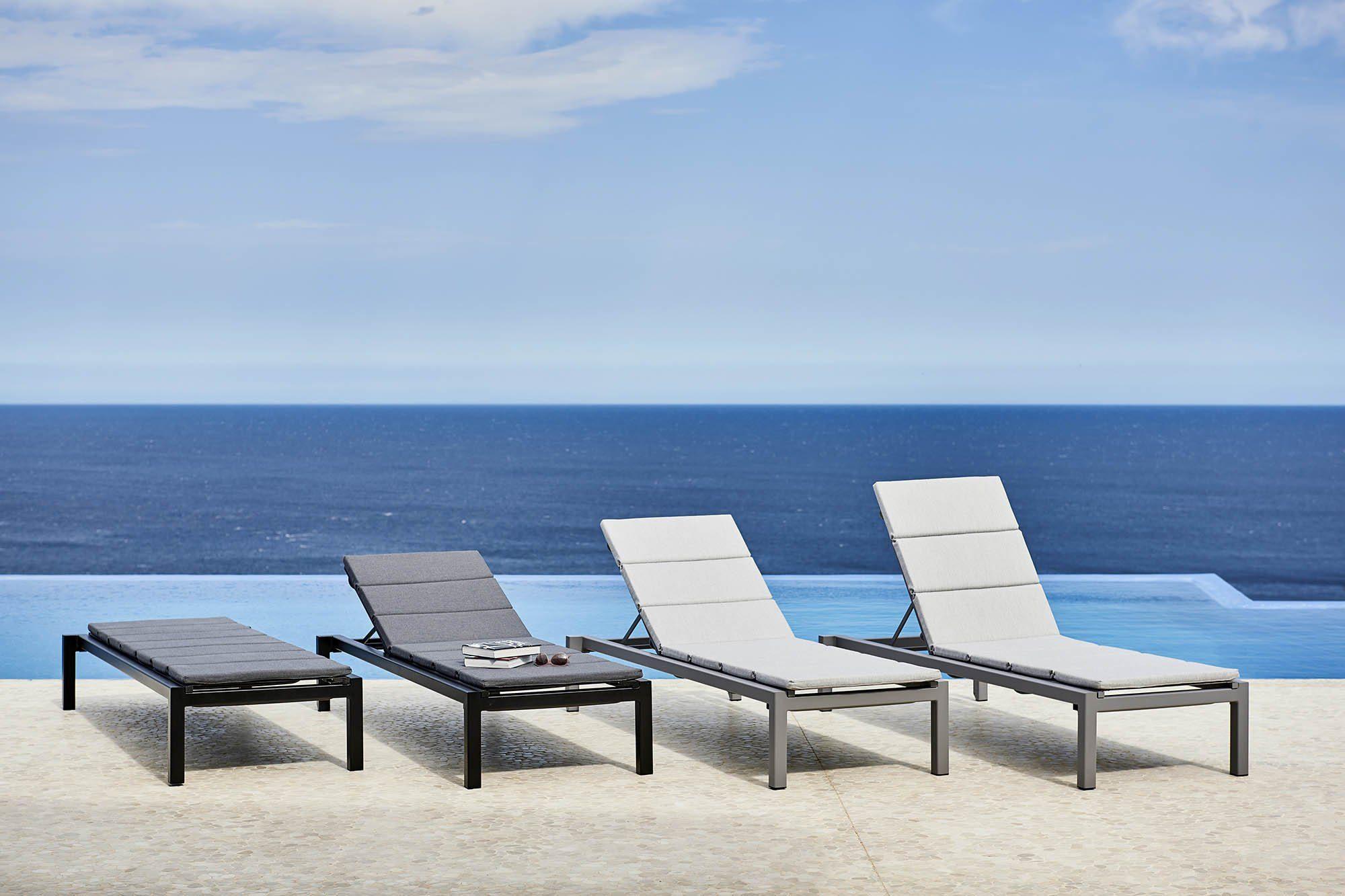 Miljöbild på Relax solsäng med fällbar rygg från Cane-Line.