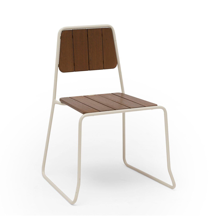 Oas stol från Hillerstorp i vitlackat stål med brunlaserad furu.