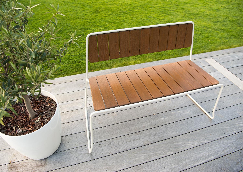Oas soffa i vitlackat stål och brunlaserad furu från Hillerstorp Trä.